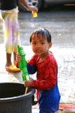 El muchacho en un festival de la lucha del agua (Chiangmai, Tailandia) Fotos de archivo libres de regalías