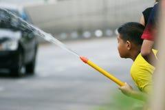 El muchacho en un festival de la lucha del agua en Chiangmai, Tailandia Imagenes de archivo