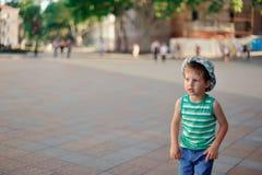 El muchacho en un sombrero Imagenes de archivo