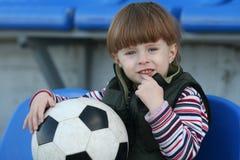El muchacho en una tribuna del estadio Fotografía de archivo libre de regalías