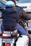 El muchacho encendido mueve hacia atrás de la motocicleta de la policía Imagen de archivo libre de regalías