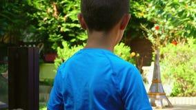 El muchacho enciende el aeroplano de papel