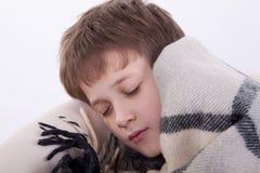 El muchacho enfermo tiene dormido caido en una butaca Imagen de archivo