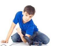 El muchacho enojado lanza las palancas de mando imagen de archivo