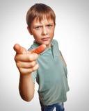 El muchacho enojado muestra su finger a los emociones de la pantalla Imágenes de archivo libres de regalías