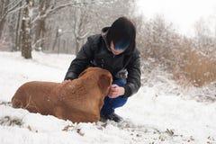 El muchacho enrrollado de Emo está cuidando su perro Foto de archivo