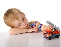 El muchacho es cansado jugar imagen de archivo