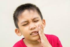 El muchacho es dolor de muelas Imagen de archivo libre de regalías