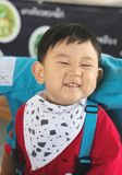 El muchacho es feliz con su comida y boca manchada imagen de archivo libre de regalías