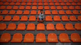 El muchacho es feliz en el estadio que su equipo de fútbol anotó una meta, fan agita las manos con placer metrajes