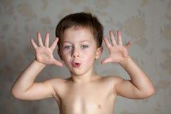 El muchacho es lleno de emociones Foto de archivo libre de regalías