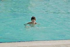 El muchacho es se divierte en el hotel Fotografía de archivo