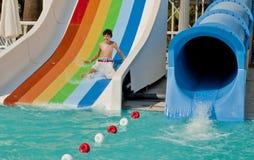 El muchacho es se divierte en el Waterpark Foto de archivo