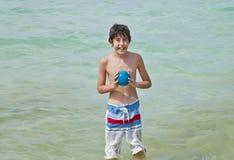 El muchacho es se divierte en la playa Imágenes de archivo libres de regalías