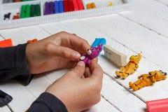 El muchacho esculpe de figuras de la arcilla de modelado de la cera de los héroes del animatronics de los juegos de ordenador, te imágenes de archivo libres de regalías