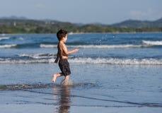 El muchacho está corriendo Fotografía de archivo