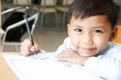 El muchacho está dibujando la historieta imagen de archivo libre de regalías