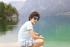 El muchacho está en el lago Bohinj, Eslovenia Fotografía de archivo