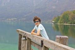 El muchacho está en el lago Bohinj, Eslovenia Imagen de archivo