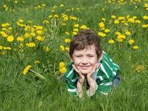 El muchacho está en la hierba verde Foto de archivo libre de regalías
