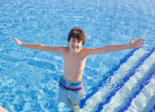 El muchacho está en la piscina Imagen de archivo