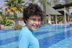 El muchacho está en la piscina Foto de archivo libre de regalías