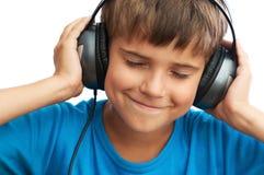 El muchacho está escuchando la música Foto de archivo