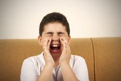 El muchacho está gritando imagenes de archivo