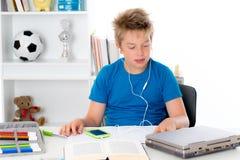 El muchacho está haciendo la preparación y la música que escucha Fotos de archivo