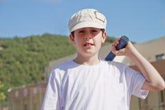 El muchacho está jugando a tenis Foto de archivo libre de regalías