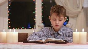 El muchacho está leyendo almacen de video