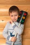 Niño pequeño y semáforo Fotos de archivo libres de regalías