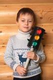 El muchacho está permaneciendo con el semáforo Foto de archivo