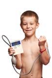 El muchacho está midiendo la presión con tonometer Imagen de archivo