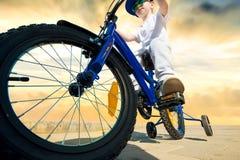 El muchacho está montando una bicicleta Bicyclist r?pido fotos de archivo libres de regalías