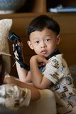 El muchacho está sosteniendo la cámara de la acción con la correa fotografía de archivo libre de regalías