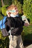 El muchacho está sosteniendo un aeroplano de la espuma del juguete Fotos de archivo libres de regalías