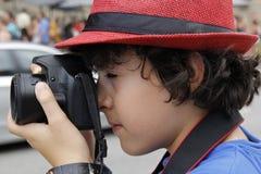 El muchacho está tomando la fotografía en Barcelona Fotografía de archivo