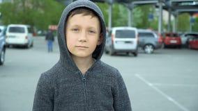 El muchacho está viniendo a la cámara, vídeo completo del hd almacen de video