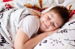 El muchacho estaba dormido en la almohadilla con los caracteres chinos foto de archivo libre de regalías