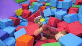 El muchacho excitó concepto de los juegos Niños sanos y felices Juegos emocionantes para la salud mental Psicología infantil Niño almacen de metraje de vídeo