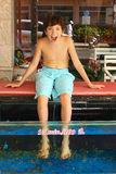 El muchacho experimenta procedimiento de la pedicura de los pescados Imágenes de archivo libres de regalías