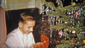 1954: El muchacho feliz consigue el guante de béisbol para el regalo de la Navidad NEWARK, NEW JERSEY metrajes