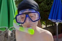 El muchacho feliz está con el tubo respirador Imagen de archivo libre de regalías