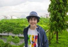 El muchacho feliz está en el jardín al lado de la bahía, Singapur Imágenes de archivo libres de regalías