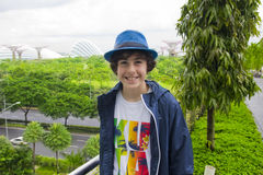 El muchacho feliz está en el jardín al lado de la bahía, Singapur Imagenes de archivo