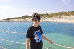 El muchacho feliz está en el mar Imágenes de archivo libres de regalías