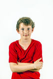 El muchacho feliz lindo en camisa roja y el leasure presentan Fotos de archivo