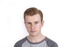 El muchacho fresco con la expresión facial fresca presenta en estudio Foto de archivo libre de regalías