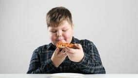El muchacho gordo joven come fps de la pizza 50